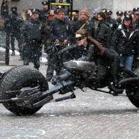 The Dark Knight Rises : Catwoman sur sa moto, prête pour la bataille (VIDEO)