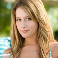 Ashley Tisdale dans la rue avec un inconnu : un nouveau chéri ?