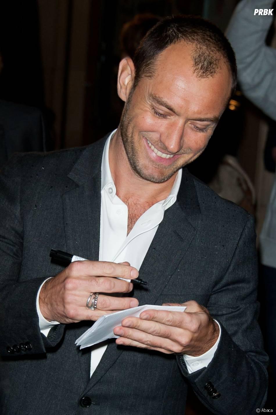 Jude Law signe des autographes pour ses fans français