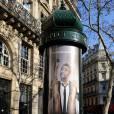 Une affiche du film Les Infidèles en plein rue