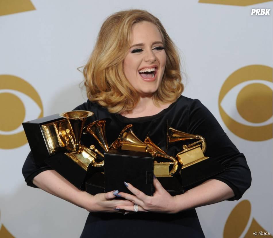 Adele, les bras chargés aux Grammys Awards 2012