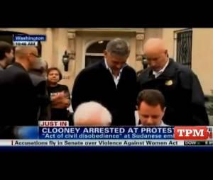 Geoge Clooney menottes aux poignets