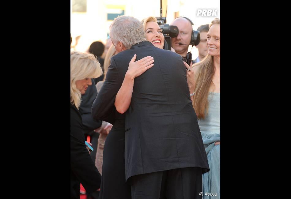 Kate Winslet embrasse James Cameron lors de l'avant-première de Titanic 3D à Londres