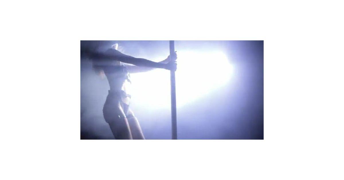 heidi klum se d chanche fi vreusement autour d 39 une barre de pole dance dans son clip purebreak. Black Bedroom Furniture Sets. Home Design Ideas