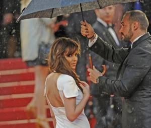 Cheryl Cole monte les marches sous la pluie