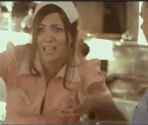 Leslie joue la serveuse dans son nouveau clip