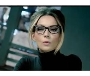 Elle se la joue en mode secrétaire coquine dans sa vidéo !