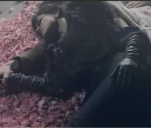 Mélody s'endort dans les bras de son amant et voit la Vie en Rose !