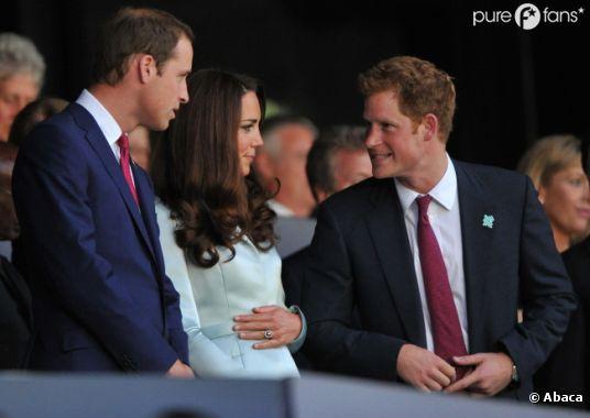 Kate Middleton se touche le ventre. Bébé à l'horizon ?