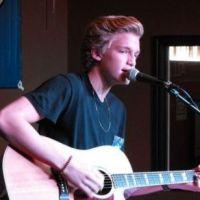 Cody Simpson : Il fait la tournée des radios US (VIDEOS)