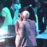 Rihanna et Chris Brown : gros câlin et petit bisou aux MTV VMA ! WTF?! (VIDEO)