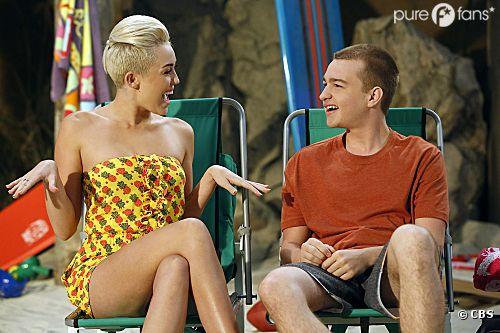Miley Cyrus bientôt de retour dans Mon Oncle Charlie ? Angus T. Jones dit oui !
