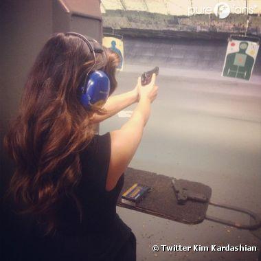 Kim Kardashian, glamour dans un centre de tirs à Miami