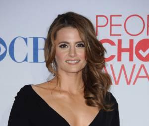 Stana Katic lors des People's Choice Awards 2012 avec le prix remporté par Castle