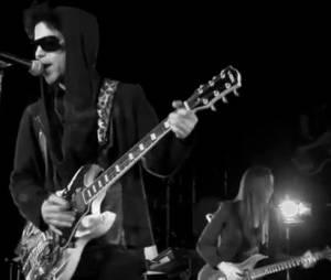 """Le clip de """"Screwdriver"""" est en noir et blanc et dure près de 8 minutes. On y voit Prince, capuche sur la tête et lunettes de soleil."""