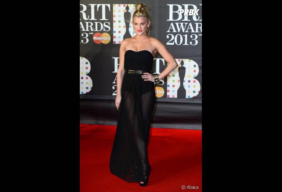 Ashley Roberts a joué la transparence aux Brit Awards 2013
