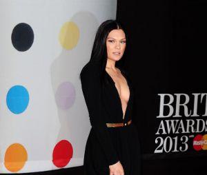 Jessie J, sombre et décolletée aux Brit Awards 2013