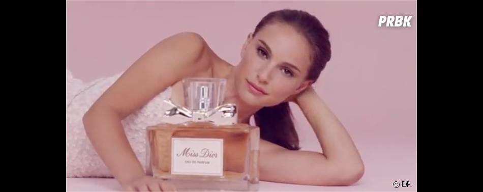 Natalie Portman et une bouteille géante de Miss Dior