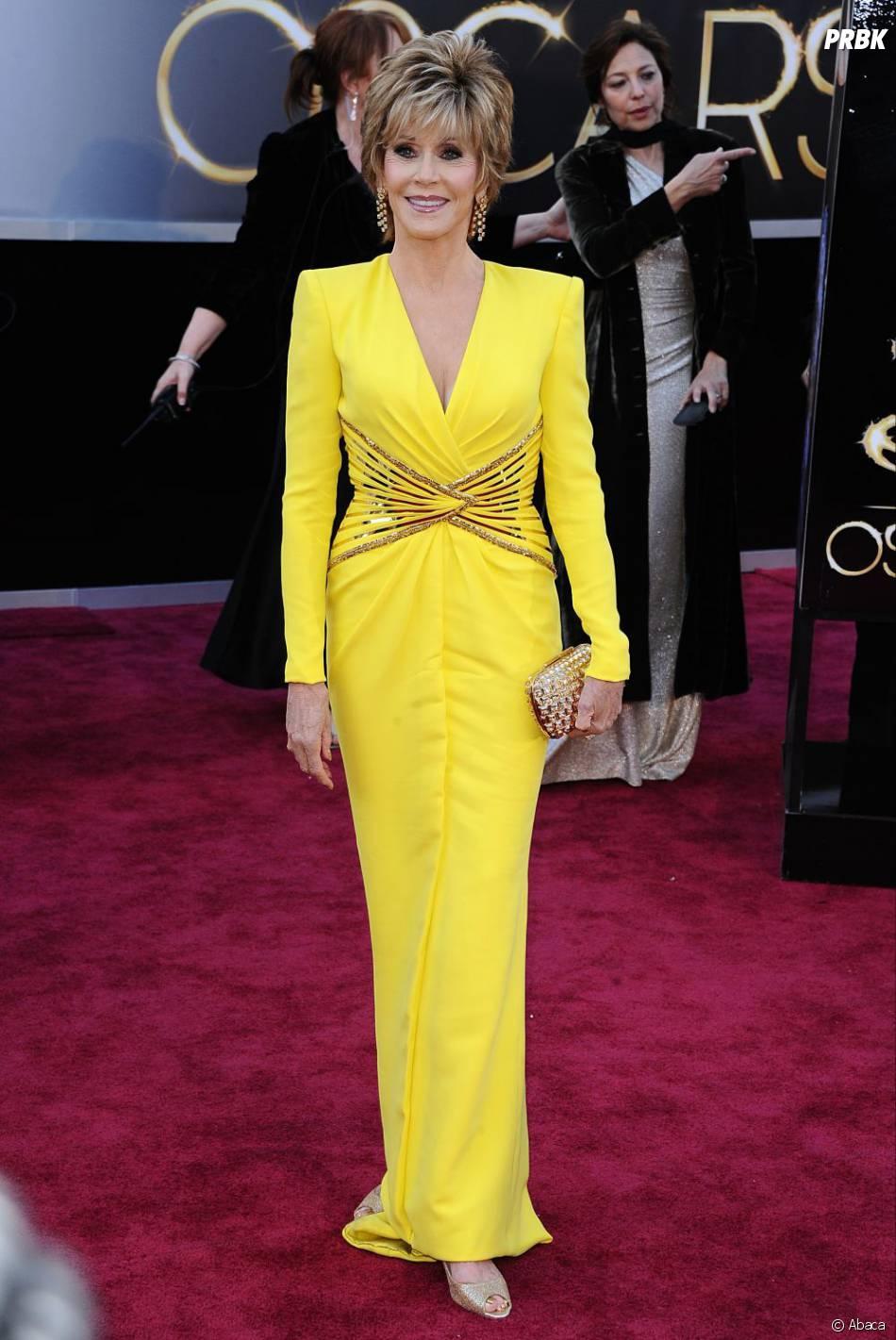 Jane Fonda était plutôt pas mal en Versace pour les Oscars 2013... Dommage qu'elle ait choisi du jaune poussin !