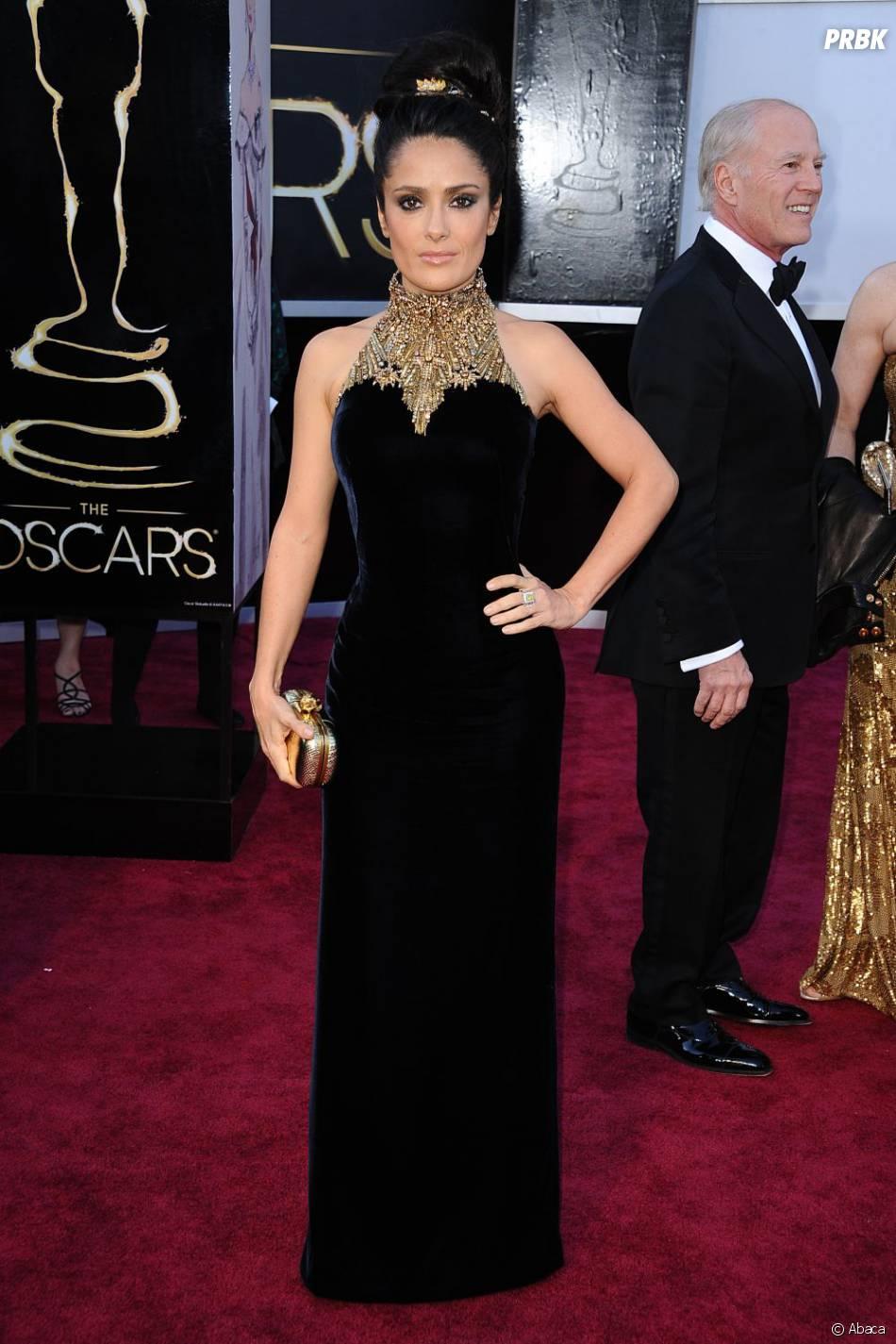 Salma Hayek est plutôt canon dans sa robe Alexander McQueen, mais un petit sourire n'aurait pas été de trop