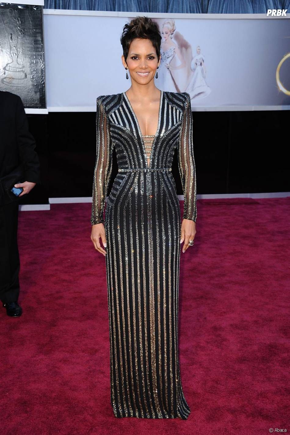 Halle Berry aux Oscars 2013 : Super silhouette, make-up sexy, mais pourquoi avoir choisi cette robe too much ?
