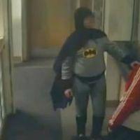 Batman existe : il a du bide et une cape trop courte