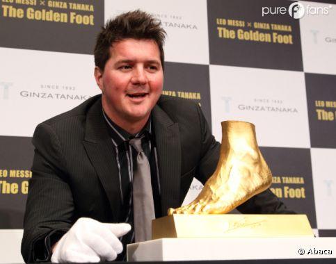 Rodrigo Messi pose devant le pied en or de son frère