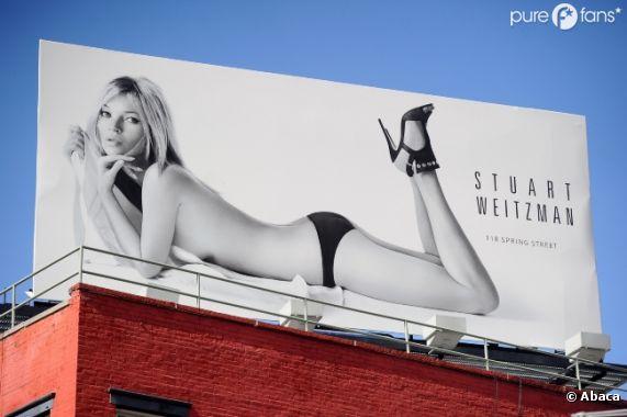 Kate Moss pose quasi nue sur les affiches Stuart Weitzman en mars 2013 à Manhattan