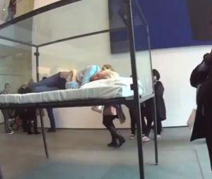 Tilda Swinton, endormie dans une cage de verre au MoMa de New-York le 23 mars 2013