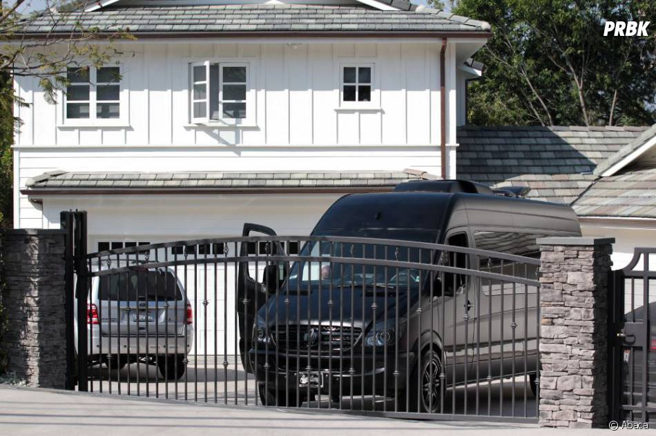 le van de justin bieber s 39 est gar devant la maison de selena gomez los angeles le 27 mars 2013. Black Bedroom Furniture Sets. Home Design Ideas