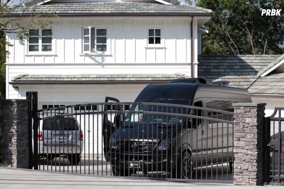 Le van de justin bieber s 39 est gar devant la maison de - Maison de selena gomez ...