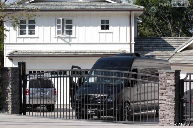 Le van de justin bieber s 39 est gar devant la maison de selena gomez los - La maison de selena gomez ...