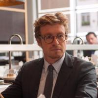 Simon Baker : de Mentalist à star de cinéma dans Mariage à l'anglaise