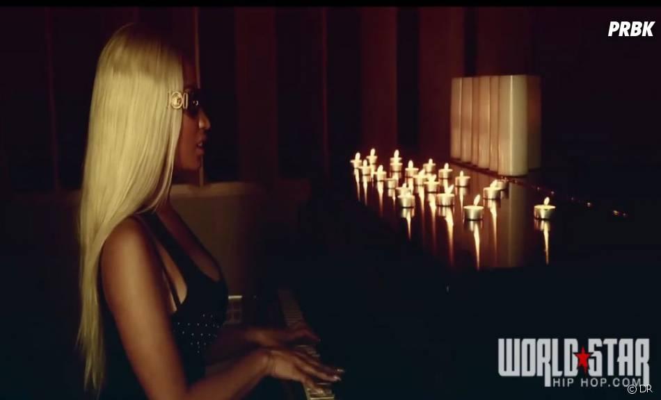 Nicki Minaj, blonde platine et lunettes noires dans son clip Up in flames