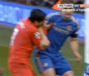 Luis Suarez mord Branislav Ivanovic en plein match ce dimanche 21 avril