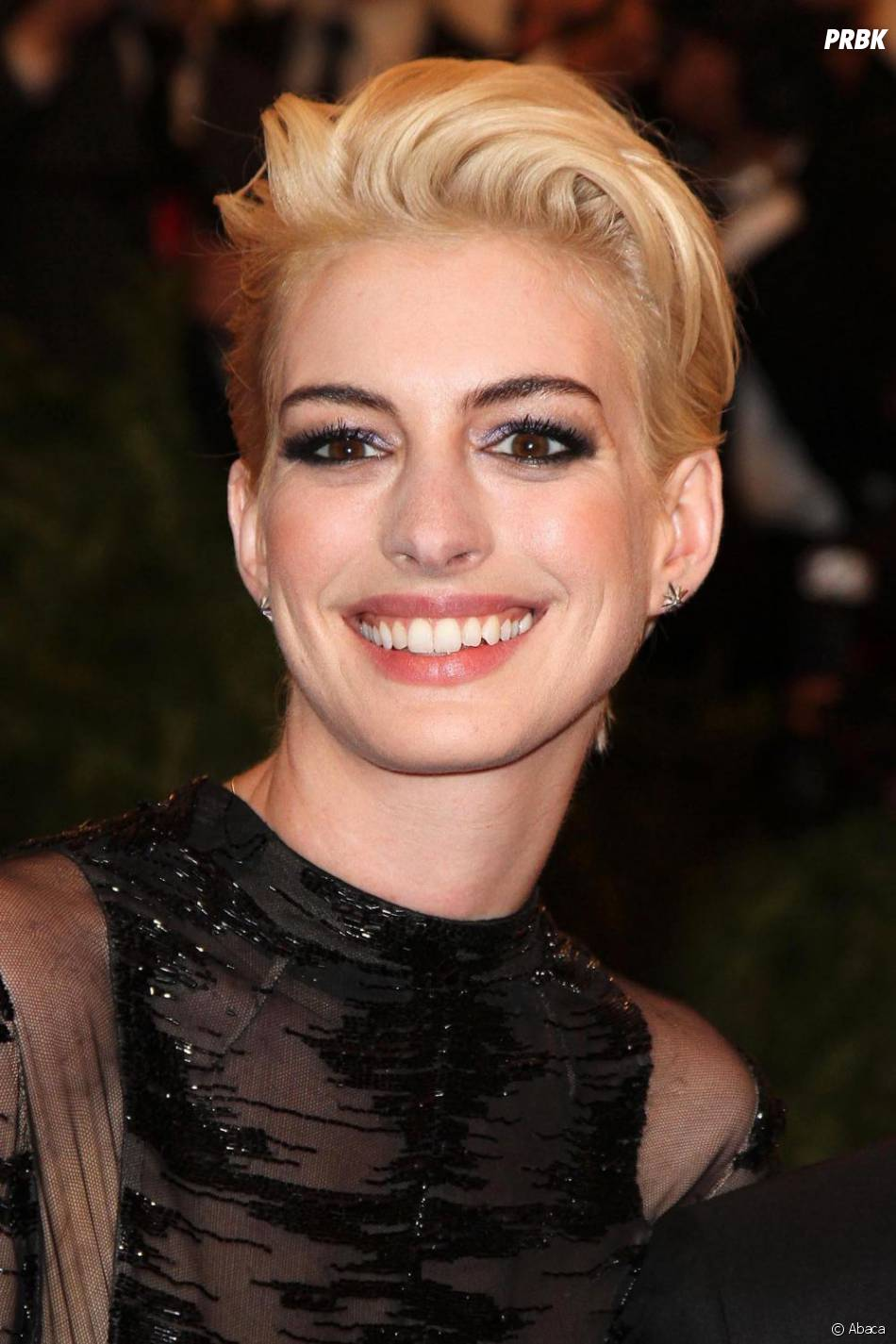 Anne Hathaway a osé le blond pour le MET Ball 2013