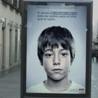Maltraitance : des affiches cachent un message visible uniquement par les enfants