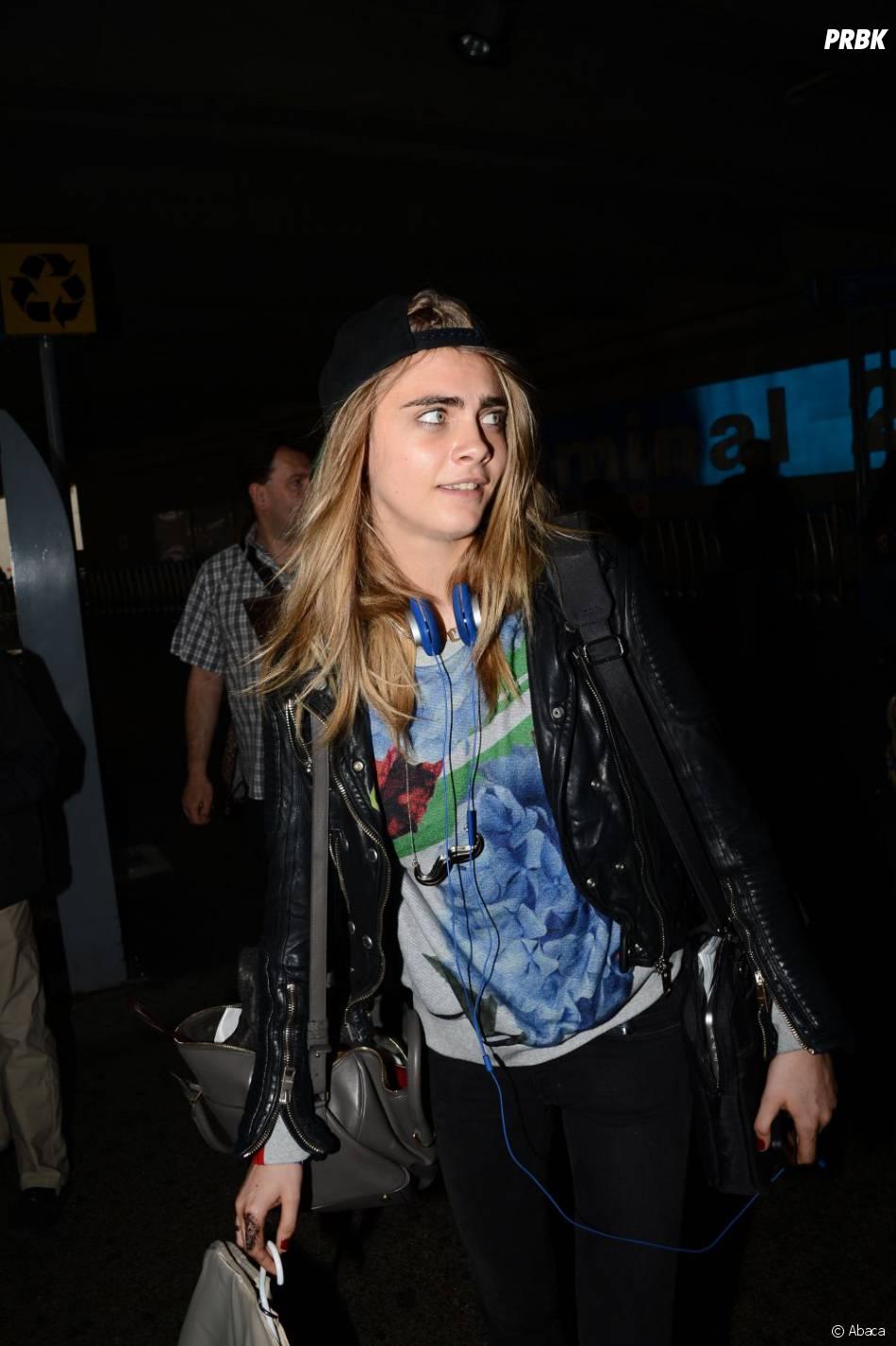 Cara Delevingne surprise par les photographes à son arrivée à l'aéroport de Nice
