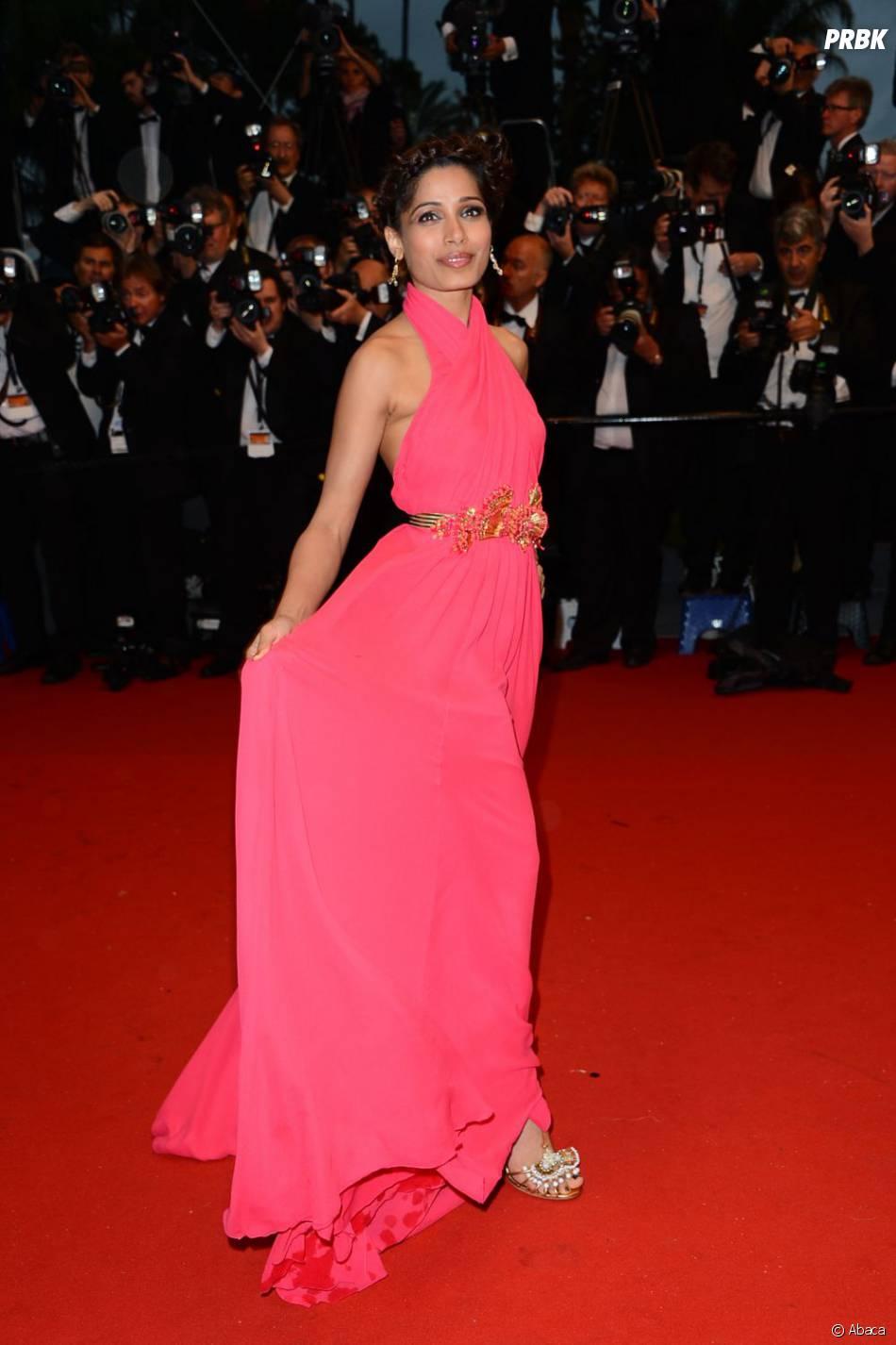 Freida Pinto en robe rose flashy pour la soirée douverture du Festival de Cannes 2013.