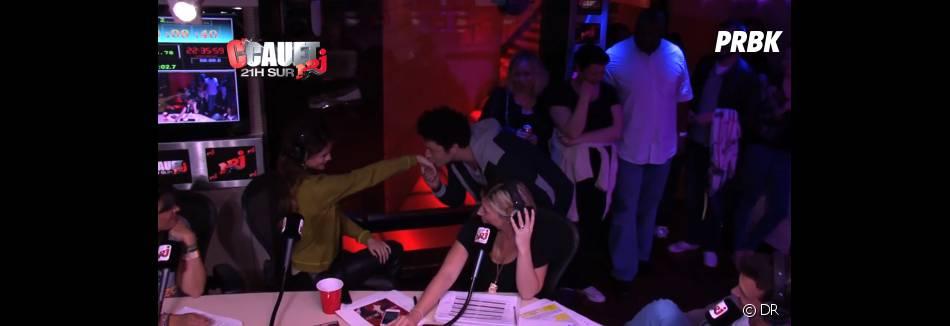 Kev Adams fait un baise-main à Selena