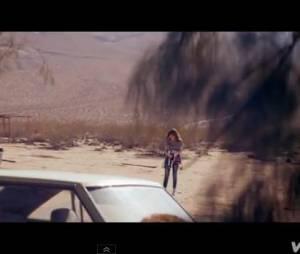 """Gabrille Aplin dans le désert pour son clip """"Home""""."""