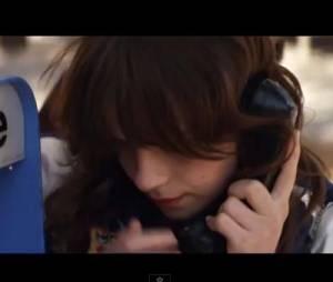 """Gabrielle Aplin dans son nouveau clip """"Home""""."""