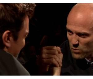 Jason Statham fait un bras de fer avec Jimmy Fallon