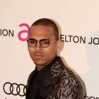 """Chris Brown : une """"fan"""" lui offre sa culotte en cadeau lors d'un passage en boîte"""