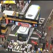 Tour de France 2013 : le bus Orica bloqué à la ligne d'arrivée star de Twitter