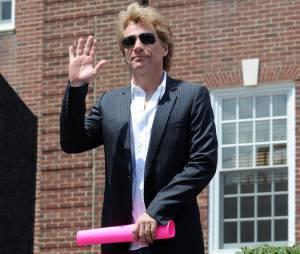 Jon Bon Jovi s'implique face au dégâts de l'ouragan Sandy, lundi 8 juillet 2013 dans le New Jersey