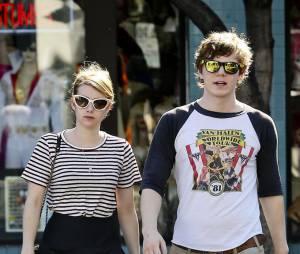 Emma Roberts et Evan Peters dans les rues de L.A le 26 octobre 2012