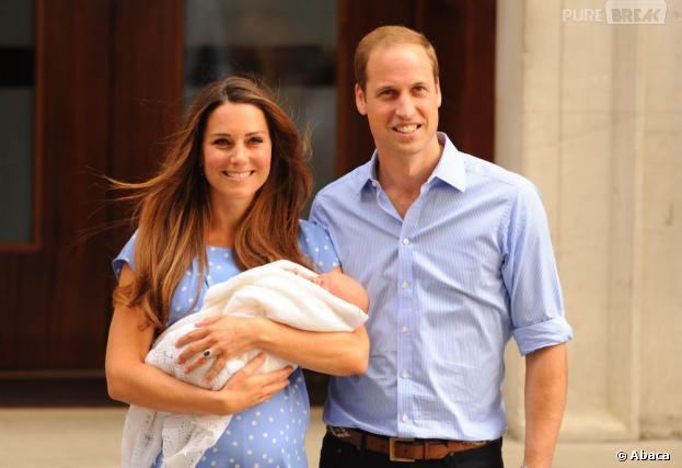 Kate Middleton et le Prince William présentent le bébé royal le 23 juillet 2013 devant l'hôpital St Mary's de Londres