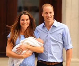 Kate Middleton et le Prince William et leur bébé royal, le 23 juillet 2013 devant l'hôpital St Mary's de Londres