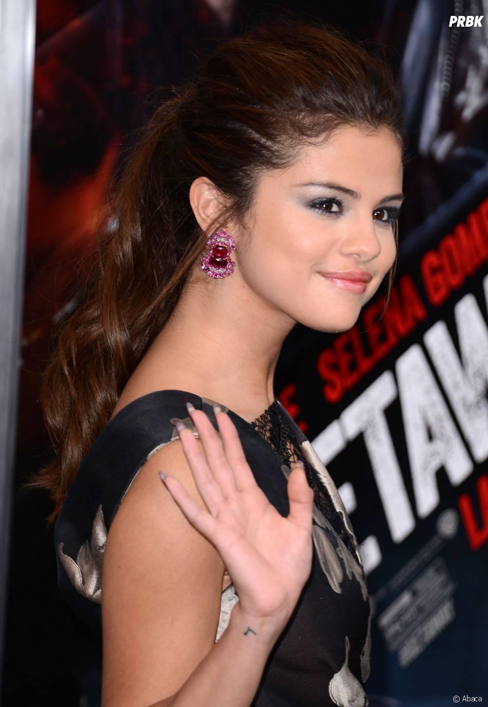 Selena Gomez salue ses fans à l'avant-première de son film Getaway le 26 août 2013 à Los Angeles